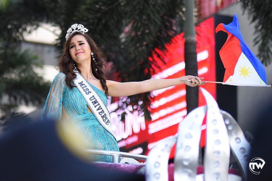 miss universe 2018 emocionada durante welcome home, segunda parade. 6zuvmgn4